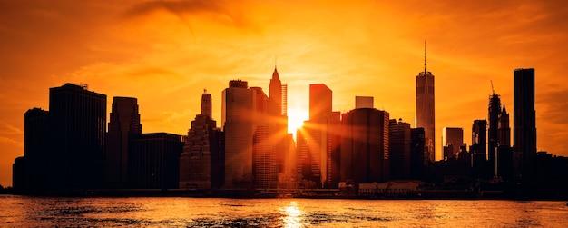 Panoramisch zicht van new york city manhattan midtown bij zonsondergang