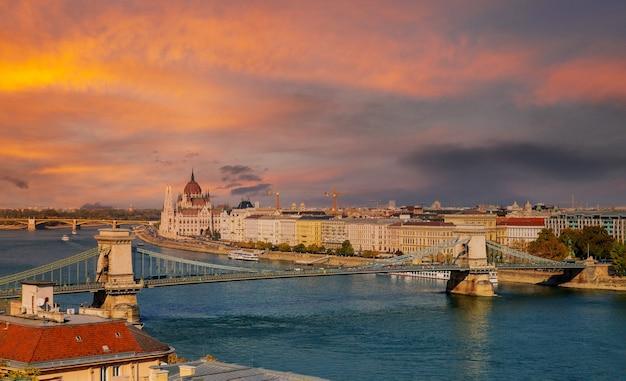 Panoramisch zonsondergang met kettingbrug over de rivier de donau in boedapest parlementsgebouw hoofdstad van hongarije