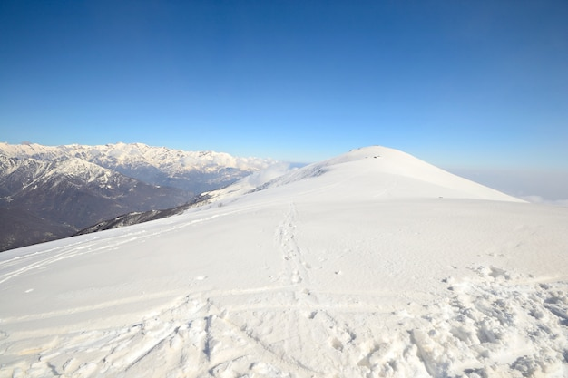 Panoramische besneeuwde bergkam