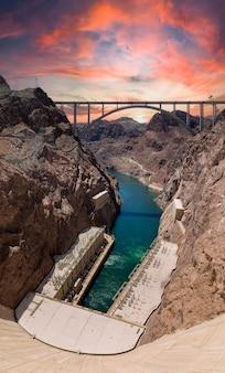 Panoramische foto van hoover dam bij zonsondergang met laag waterniveau