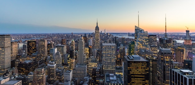 Panoramische foto van new york city skyline manhattan empire state building wolkenkrabbers in de stad 's nachts usa