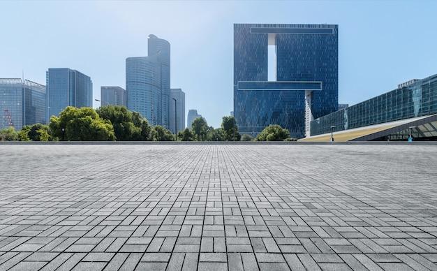 Panoramische horizon en gebouwen met lege concrete vierkante vloer, de nieuwe stad van qianjiang