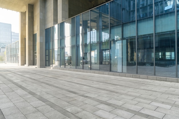 Panoramische horizon en gebouwen met lege concrete vierkante vloer, het chongqing, china