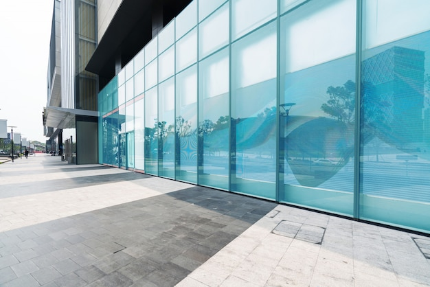 Panoramische horizon en gebouwen met lege concrete vierkante vloer in shenzhen, china