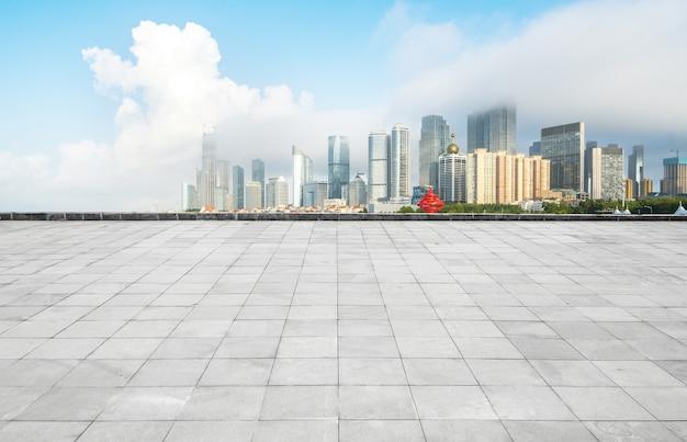 Panoramische horizon en gebouwen met lege concrete vierkante vloer, qingdao, china