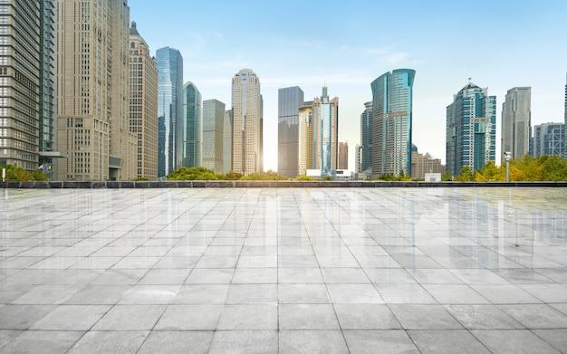 Panoramische horizon en gebouwen met lege concrete vierkante vloer, shanghai, china