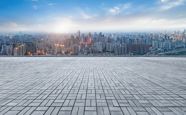Panoramische horizon en gebouwen met lege concrete vierkante vloer
