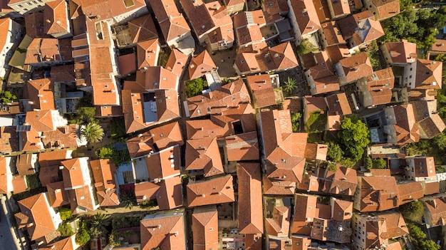 Panoramische luchtfoto van de rode pannendaken van de oude stad van kotor en de baai van kotor