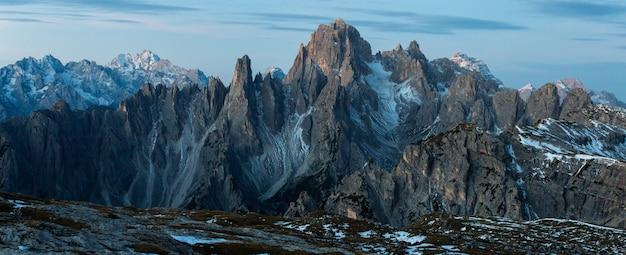 Panoramische opname van de berg cadini di misurina in de italiaanse alpen