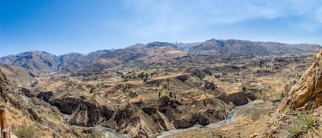 Panoramische opname van de prachtige colca canyon, vastgelegd in peru