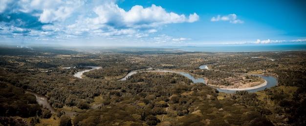 Panoramische opname van een bochtige rivier in het midden van bomen in papoea-nieuw-guinea