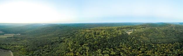 Panoramische opname van een drone van de natuur in moldavië tijdens zonsondergang