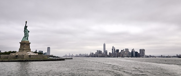 Panoramische opname van het verbazingwekkende vrijheidsbeeld in de stad new york