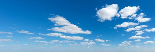 Panoramische pluizige wolk in de blauwe lucht