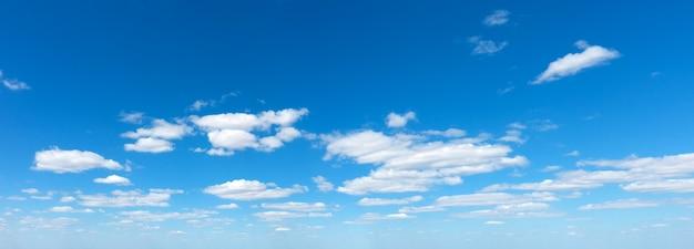 Panoramische pluizige wolk in de blauwe lucht.