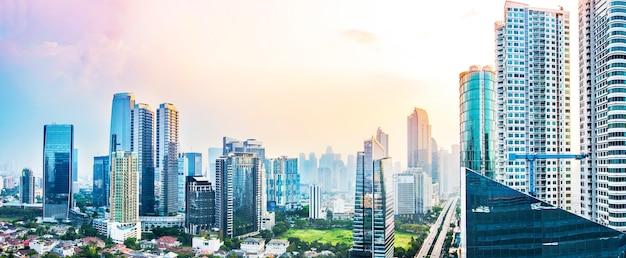 Panoramische skyline van jakarta met stedelijke wolkenkrabbers in de middag