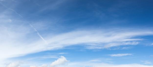 Panoramische witte pluizige wolken in de blauwe lucht
