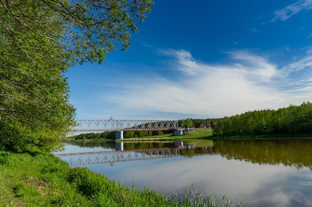 Panoramof de spoorbrug over de rivier