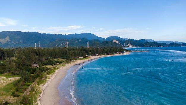 Pantai lampuuk yang sangat indah merupakan destinasi wisata di kabupaten aceh besar provinsi aceh