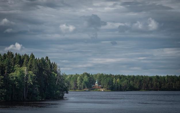 Panteleimon skete van holy trinity alexander svirsky klooster op lake roshinskoye in de regio leningrad rusland.