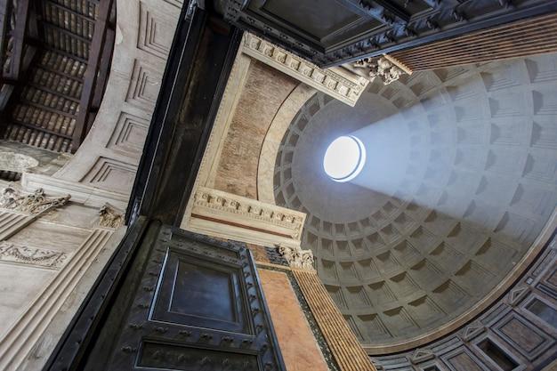 Pantheon in rome, italië op 16 juli 2013. pantheon werd gebouwd als een tempel voor alle goden van het oude rome en herbouwd door keizer hadrianus rond 126 na christus.
