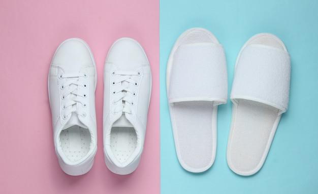Pantoffels en sneakers op gekleurd papier