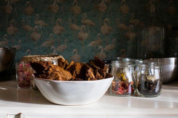 Pantry van bladeren, hout en gedroogde bloemen in glazen potten