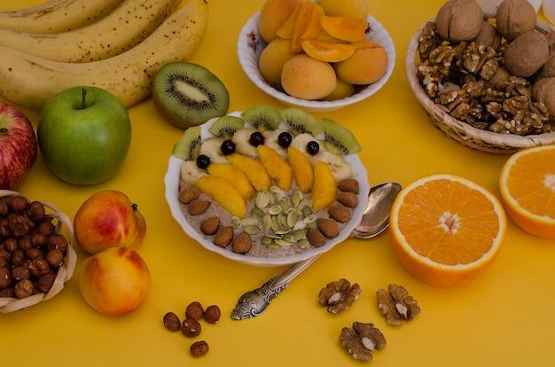 Pap met fruit en noten. gezond eten, ontbijt, vegetarisme.