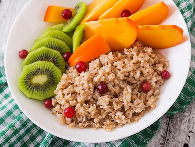 Pap met vers fruit en veenbessen. gezond ontbijt. goede voeding. dieet menu.