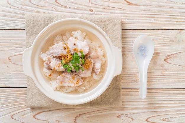 Pap of gekookte rijstsoep met vissenkom