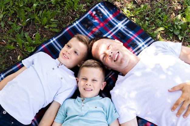 Papa brengt tijd door met zijn zonen