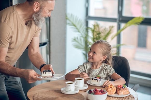 Papa en zijn dochter samen aan het ontbijten thuis