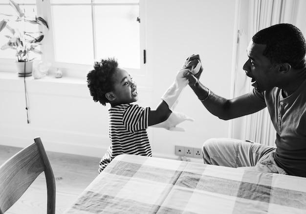 Papa en zoon spelen samen