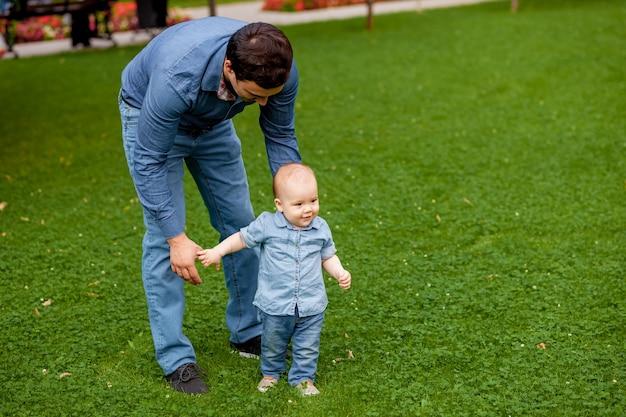 Papa helpt baby lopen