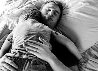Papa houdt zijn zoon vast