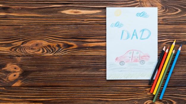 Papa inscriptie met auto tekenen op papier vel