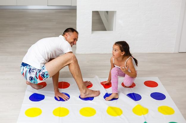 Papa met meisje samen plezier spel