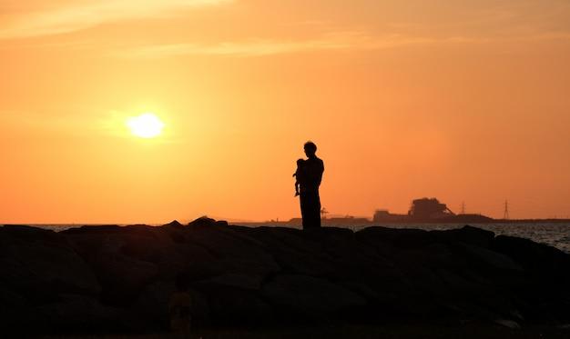 Papa met zijn dochter van zonsondergang. gelukkige familie. concept