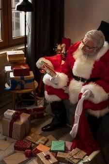 Papa noel bereidt verpakte geschenken voor kinderen voor