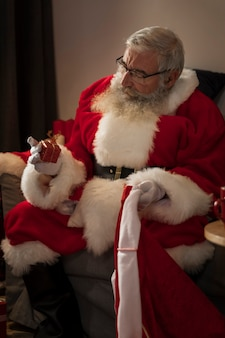 Papa noel met een klein cadeautje in de hand