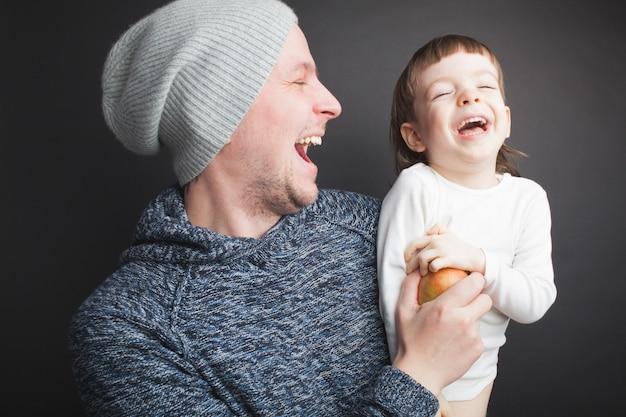 Papa speelt met een lief klein zoontje.