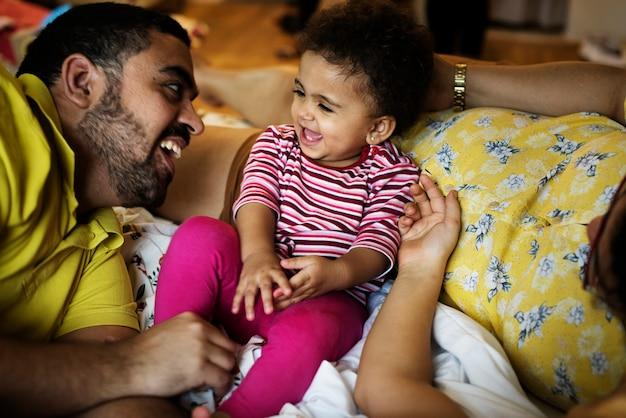 Papa speelt met kleine baby dochter