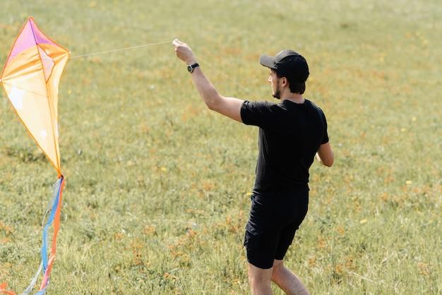 Papa vliegt vliegeren bij zonnig zomerweer