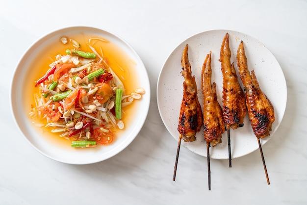 Papaja pittige salade met gegrilde kip - thaise traditionele streetfood-stijl