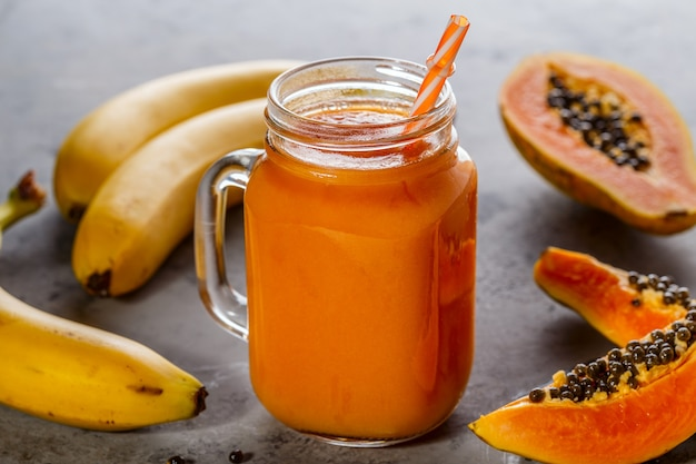 Papaja smoothie, selectieve aandacht. detox, dieetvoeding, vegetarisch eten, gezond eten concept.