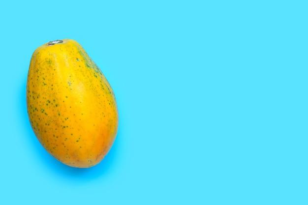 Papajafruit op blauwe achtergrond. bovenaanzicht