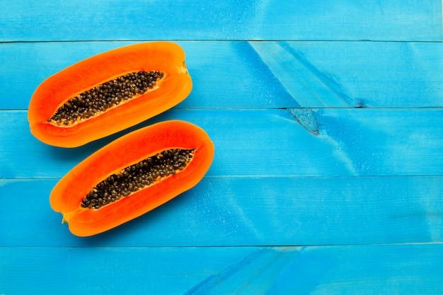 Papajafruit op blauwe houten achtergrond