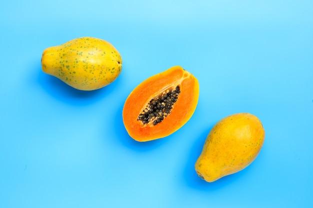 Papajafruit op blauwe oppervlakte