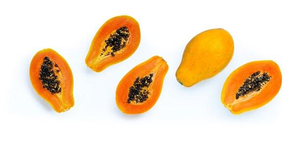 Papajafruit op wit.