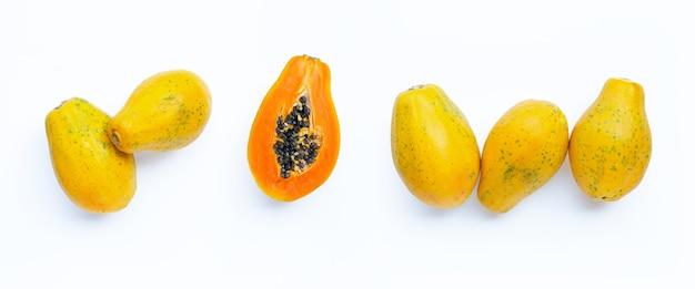 Papajafruit op witte achtergrond. bovenaanzicht